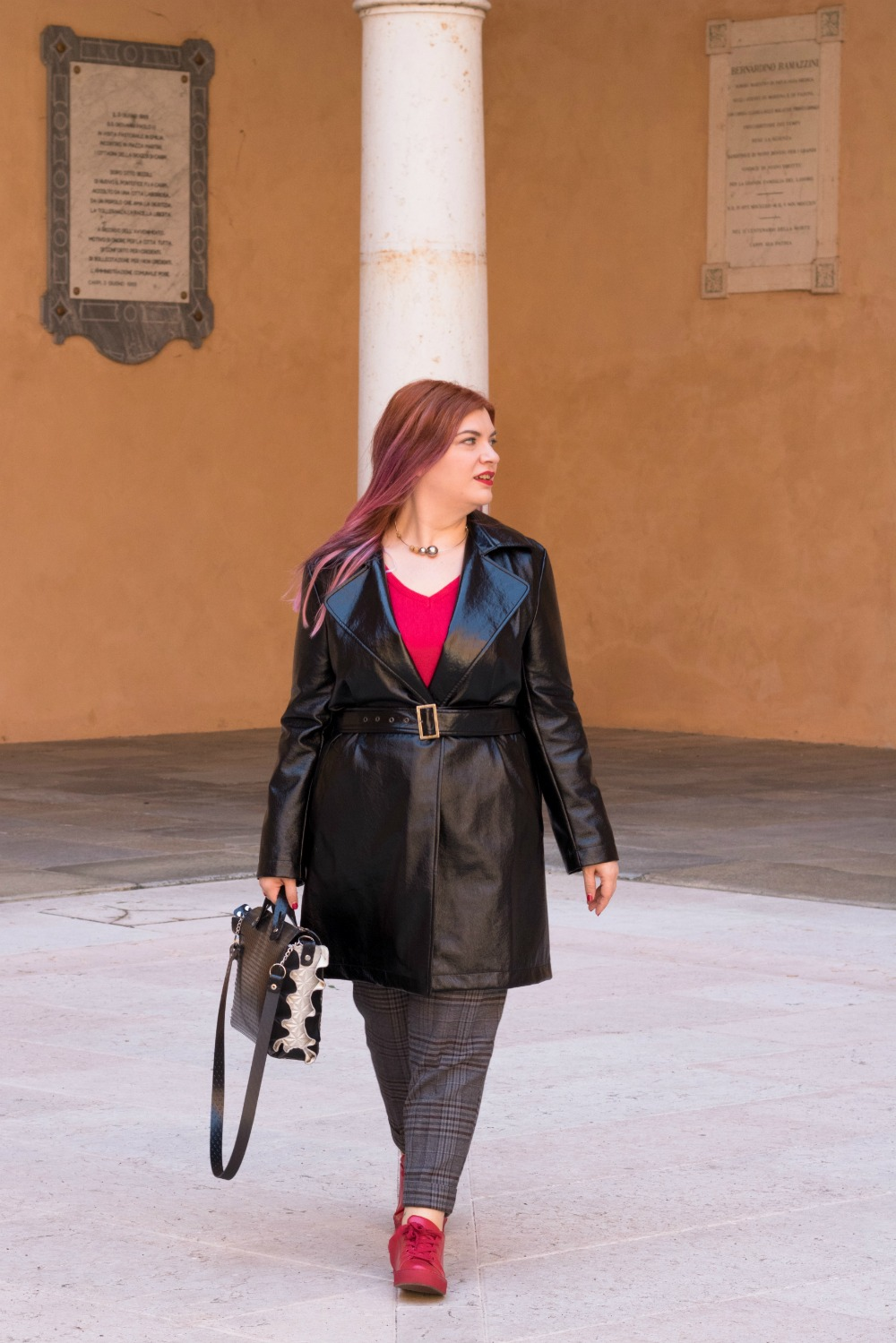 Outfit plus size trench lucido in vinile (8)