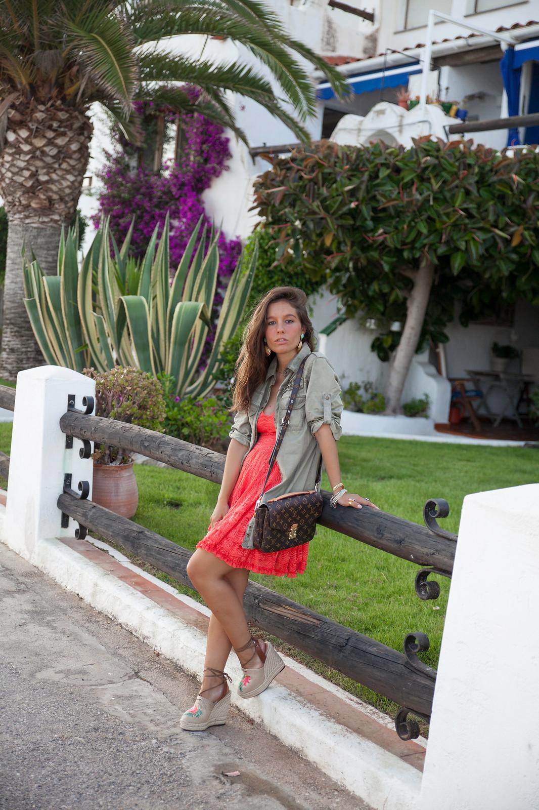 02_como_combinar_vestido_coral_highlypreppy_theguestgirl_influencer_barcelona