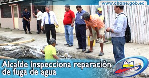 Alcalde inspecciona reparación de fuga de agua
