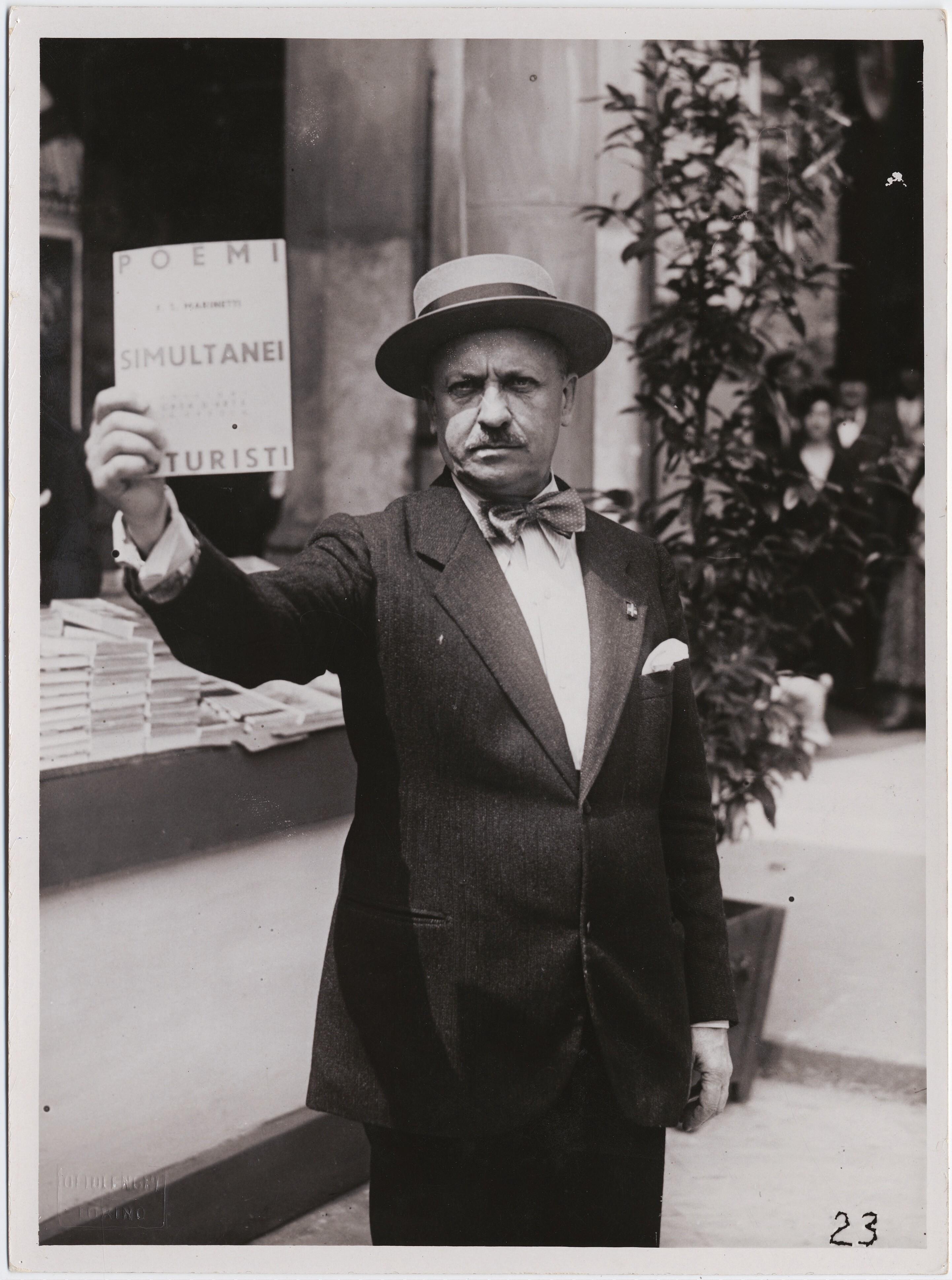 1934. Турин. Филиппо Томмазо Маринетти на Туринской книжной ярмарке