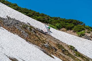 雪渓のステップを登る登山者