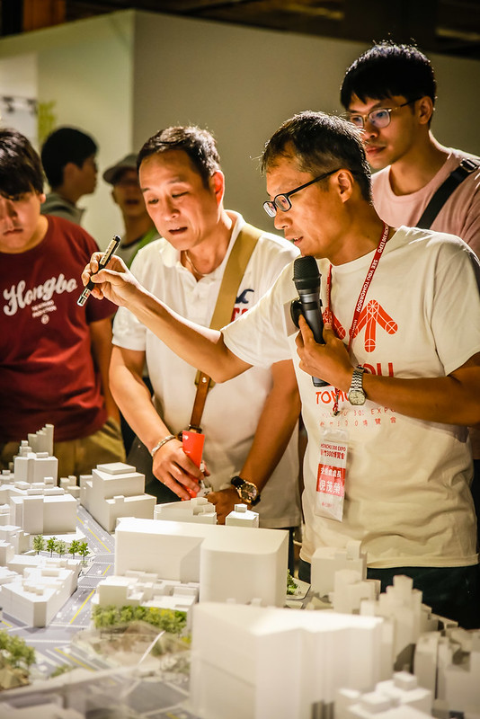 新竹市交通處處長說明著新竹大車站計畫的構想和規劃,並回應現場民眾的質疑