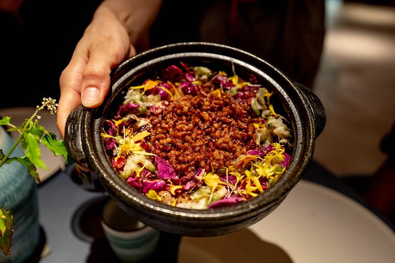 INUA 炊きたてのゆめぴりかと蜂の子の土鍋ごはん、ハマナスを添えて
