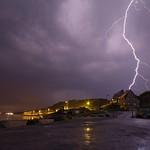 21. Aprill 2018 - 21:08 - Vierville-sur-Mer (14) - 21/04/18 - 22h08  Petit tour ce week-end dans le Calvados sur les plages du débarquement où des orages actifs étaient prévu, et ça a été le cas! La plage d'Omaha Beach offre un point de vue à 180°C qui est pratique quand t'as une cellule à gauche et une 2ème qui arrive à droite... Un festival son & lumière avec 1-3 éclairs à la seconde, dont cet impact à 1,8 km. Certains impacts m'ont donné quelque frissons dont un à environ 300m non cadré mais dont j'ai quand même eu un morceau!  Facebook ∙ www.facebook.com/RonanMeurPhotos29