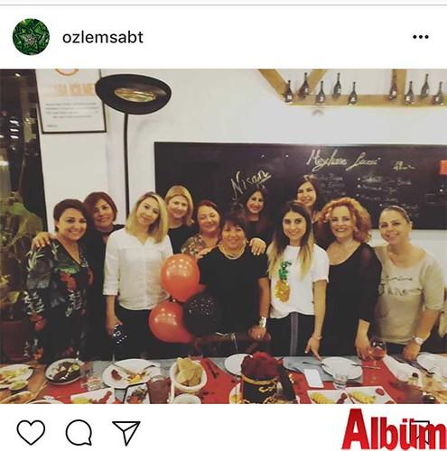 Özlem Abitoğlu, yakın dostu Mine Okur'un Mezza Gurme Market & Restoran'daki doğum günü partisinden bu fotoğrafı paylaştı.