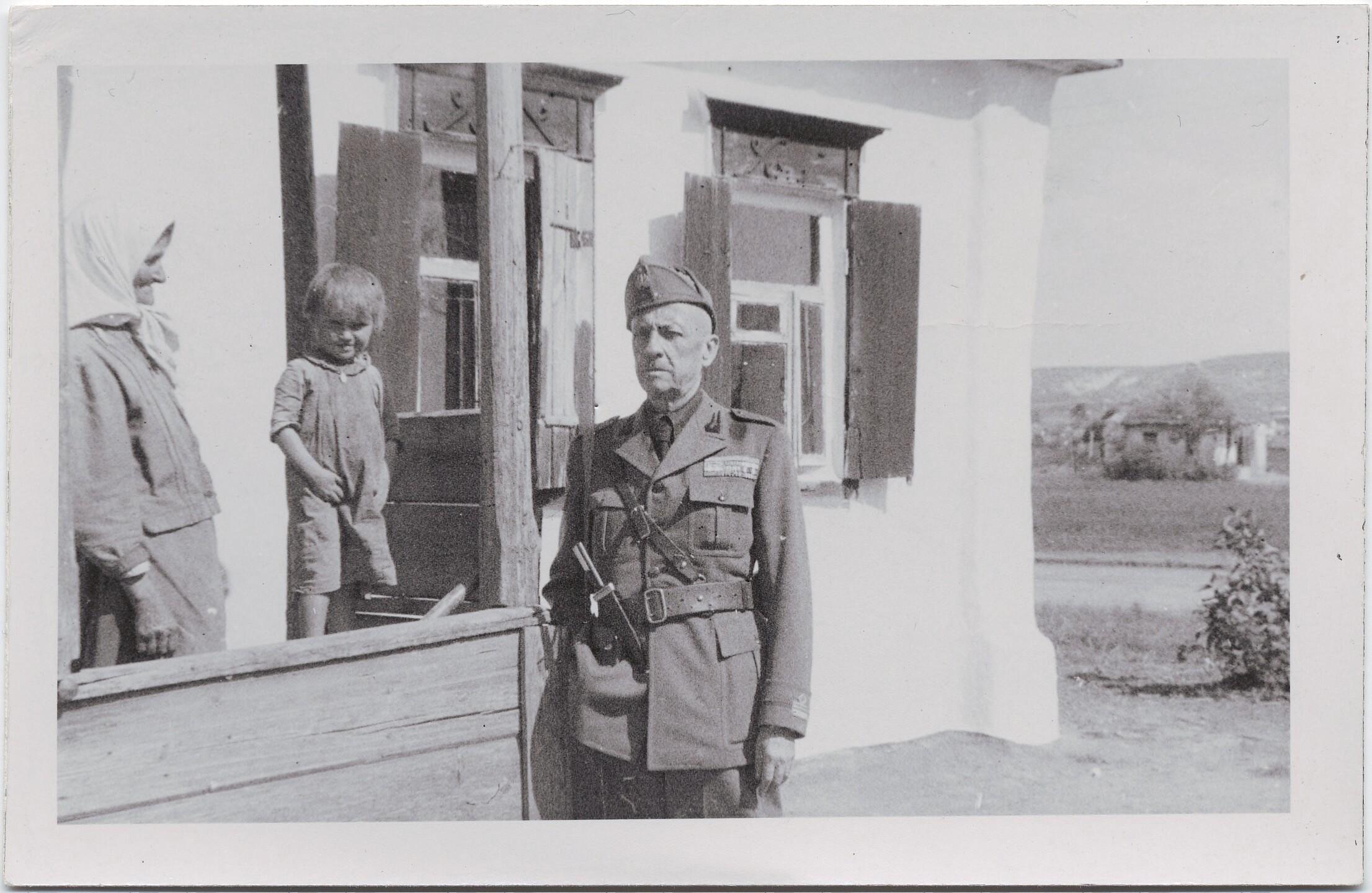 1942. Филиппо Томмазо Маринетти рядом с крестьянкой и ребенком. 11 сентября