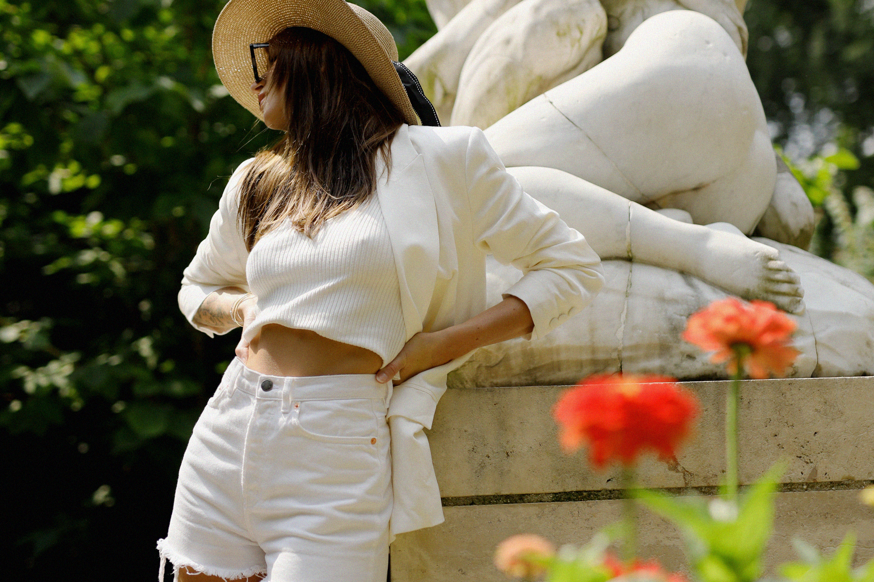 all white & other stories shorts blazer straw hat summer bag rouje hermes oran sandals statue marble dusseldorf düsseldorf dus art artist artsy fashionblogger modeblog jane birkin jeanne damas outfit mode inspiration look seventies ricarda schernus 8
