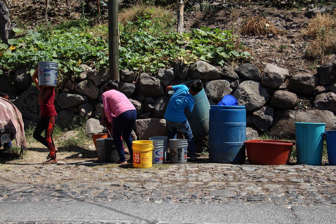 Niños acarrean agua a sus casas de la Laguna
