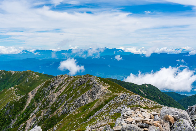 馬ノ背の遥か先に八ヶ岳連峰