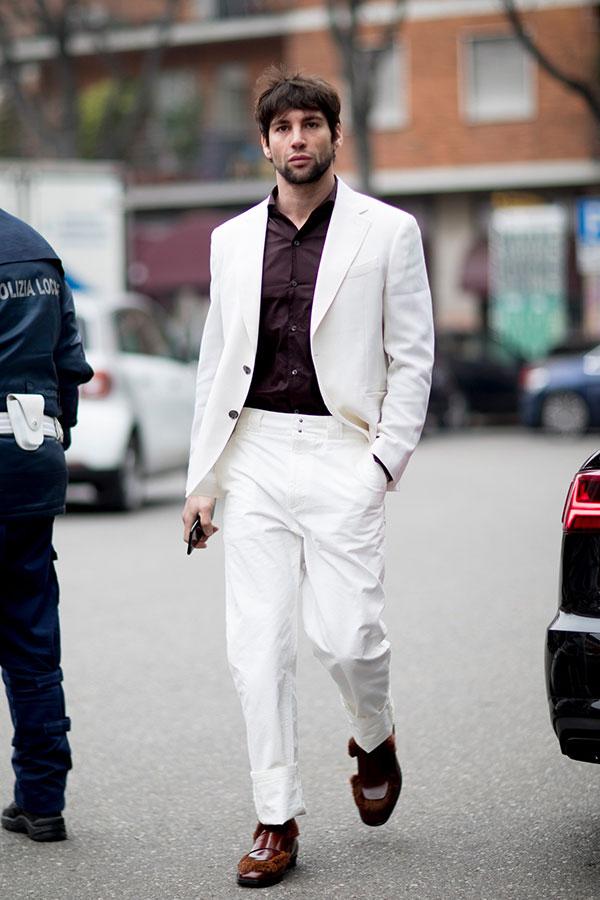 白スーツ×ブラウンシャツ×ブラウン白コンビシューズ