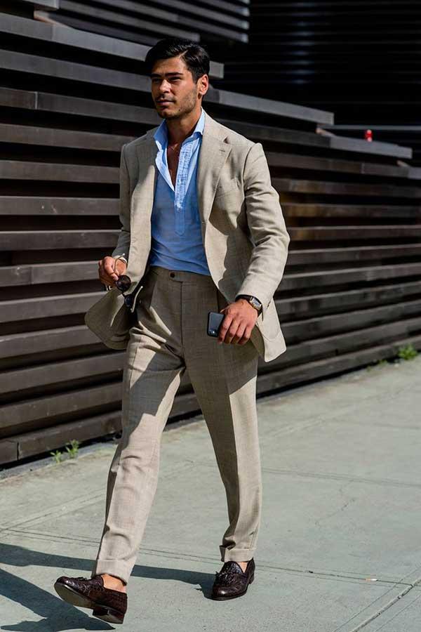 ライトグレースーツ×ライトブループルオーバーシャツ×ブラウンタッセルローファー