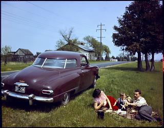 Mr. and Mrs. L.D. Clark and son Kerr lunch on roadside near Odessa, Ontario / M. et Mme L.D. Clark et leur fils Kerr pique-niquent sur le bord de la route, Odessa (Ontario)