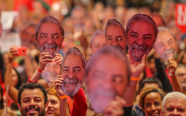 En solidaridad con Lula, moradores del campamento Dom Tomás Balduíno (MST), en Quedas do Iguaçu (Paraná), exhiben máscaras del ex presidente - Créditos: Ricardo Stuckert