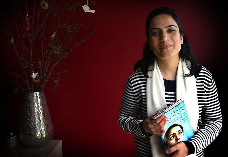 Malalai-posa-con-su-libro-Una-mujer-entre-los-señores-de-la-guerra