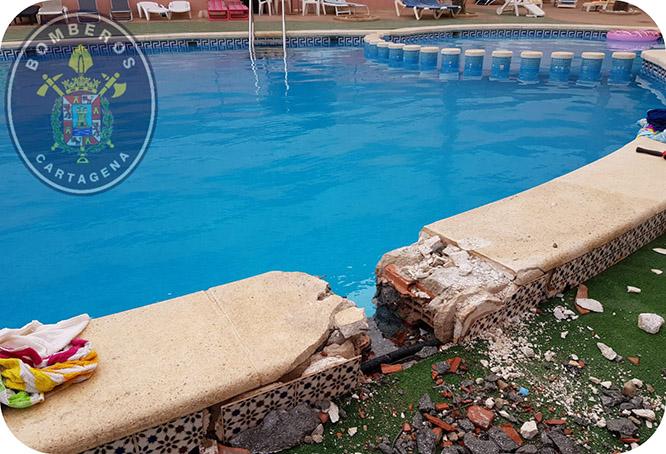 Rescatan a un niño con la mano atrapada en el tubo de succión de una piscina en Los Nietos