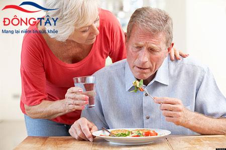 Ở giai đoạn sau, mọi sinh hoạt cá nhân của người Parkinson cần người thân giúp đỡ