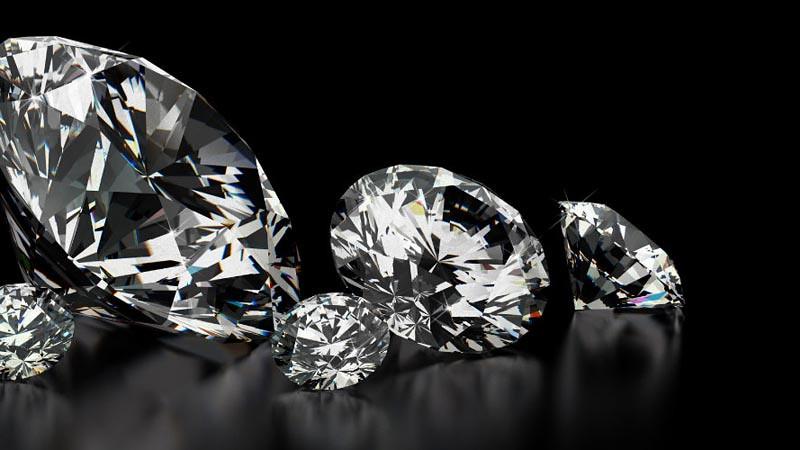 Berlian atau intan yang telah dipoles.