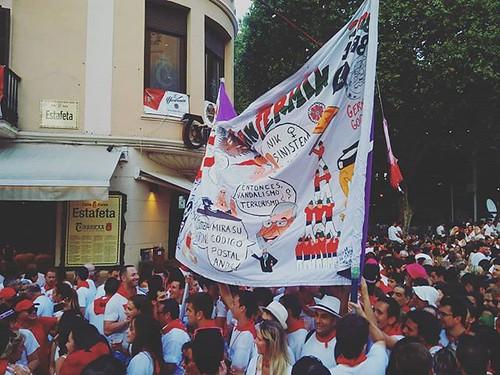 Salida de las peñas de la plaza de toros. #sf2018 #igerssf2018 #igerspamplona #pamplona #estafeta #sanfermines2018 #sanfermin #phonephoto