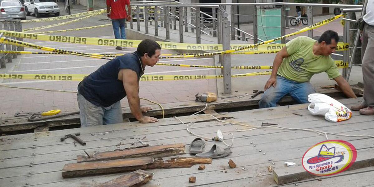 Cierran puente peatonal para restauración del piso