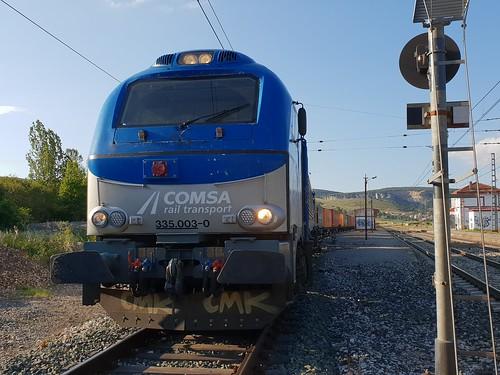 90370 a cargo de la 335003 remolcando a la 333382 y su teco en Santa Olalla de Bureba.