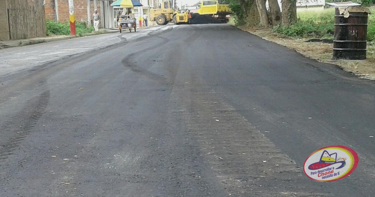 Bacheo y colocación de carpeta asfáltica en la avenida Marcos Aray Dueñas