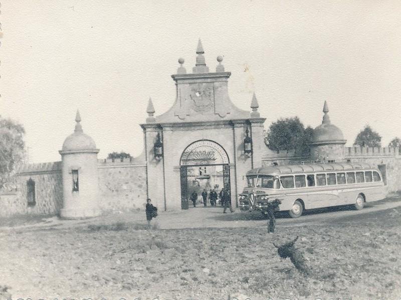 Autobús de turistas en el Palacio de la Sisla en 1962. Fotografía de Julián C.T.