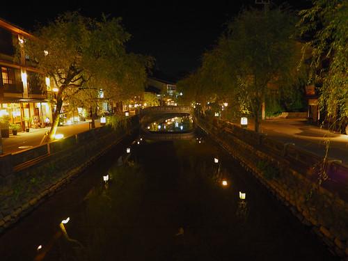 夜の城崎温泉街の様子