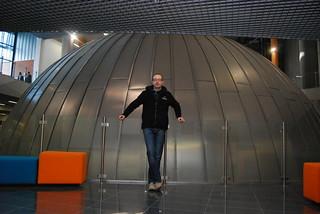 Przed kopułą planetarium
