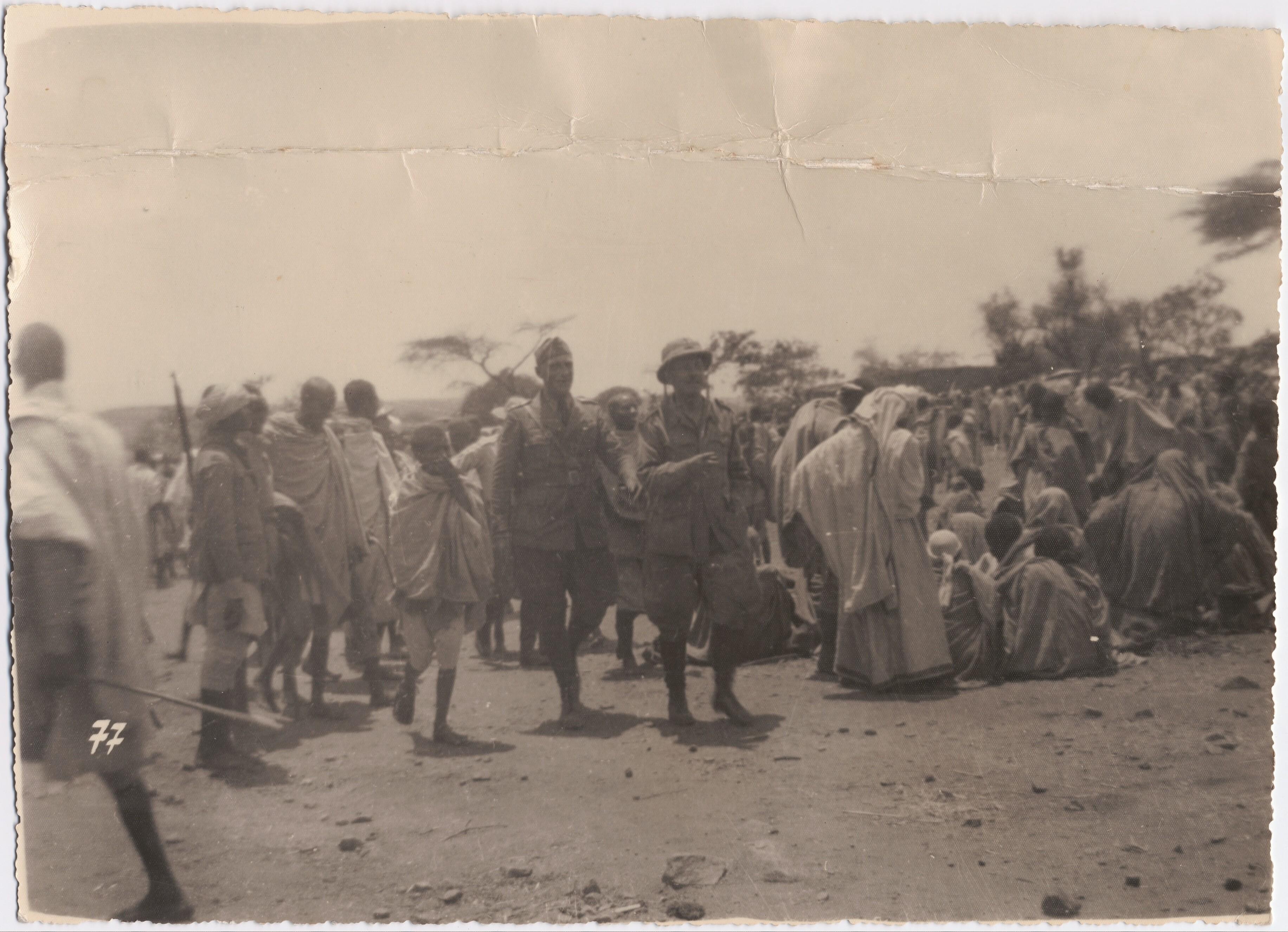1936. Маринетти с офицером и туземцами на открытии рынка Абби-Адди (Тембьен)