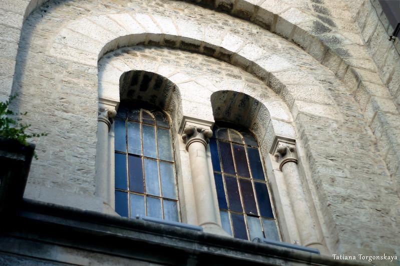 Одно из окон с витражами в церкви Св.Николая