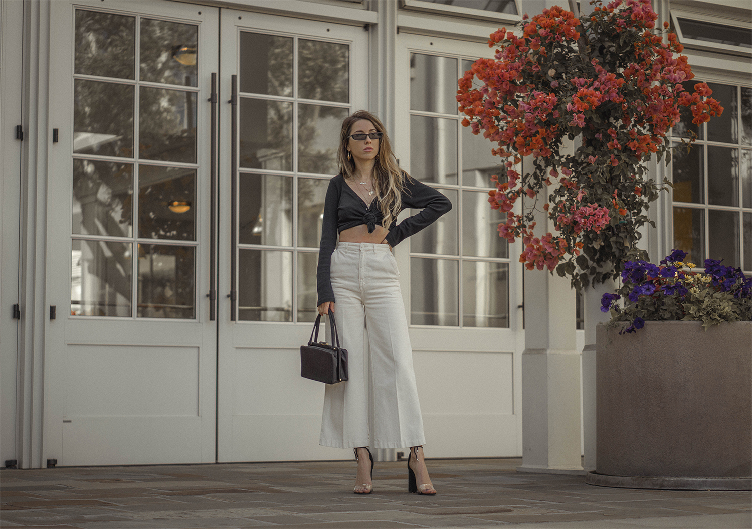 high_waisted_wide_white_jeans_clear_shoes_heels_street_style_outfit_fashion_blogger_vintage_lena_juice_the_white_ocean_03