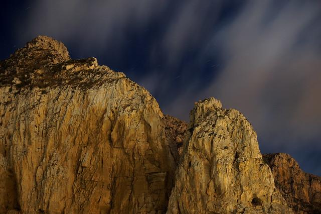 Le pareti tormentate del Monte Monaco in notturna