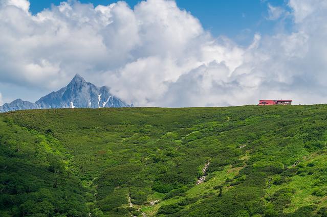 急勾配で振り返り・・・三俣山荘と槍ヶ岳