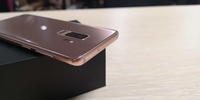 Sisi atas Galaxy S9 Plus terdapat tray SIM Card (Liputan6.com/ Agustin Setyo W)