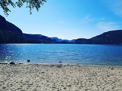 I wasn't able to complete today's hiking programme with the others but in exchange I've found this lake paradise that only 3 other people share. This is a clear win for my soul as the hike was super crowded. #yesnorwayhasbeachesandlakes #travel #hiddengem