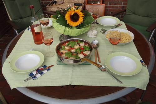 Seeteufelbäckchen in einer Soße mit Oliven und Tomaten zu Spaghetti (Tischbild)