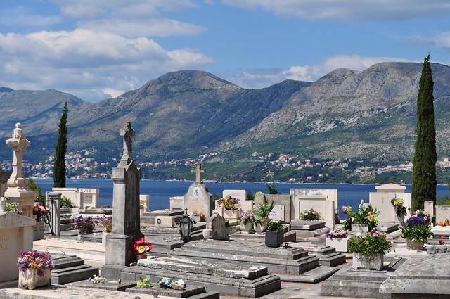 Cimetière avec vue, Cavtat, commune de Konavle, comitat de Dubrovnik-Neretva, Dalmatie, Croatie.
