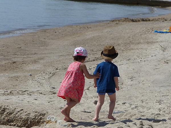 deux enfants sur la plage