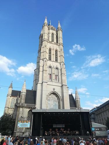 El joya de San Bavon, junto con un escenario durante las Fiestas de Gante.  - 42767741664 1ae2691bcf - Los hermanos Van Eyck y la joya de San Bavón