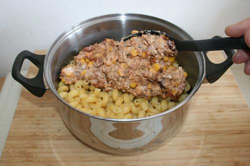 29 - Hackfleischmischung zu Nudeln geben / Add minced meat mix to pasta