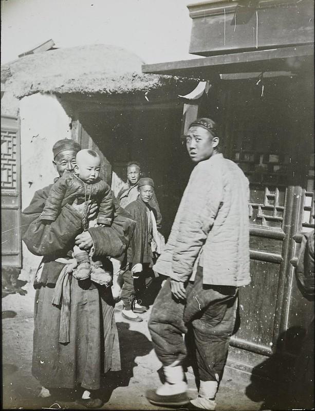 Дагу. Китаец с ребенком на руках