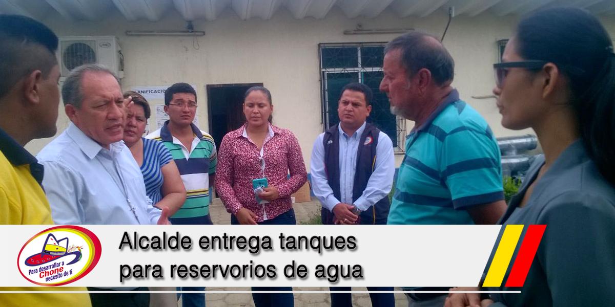 Alcalde entrega tanques para reservorios de agua