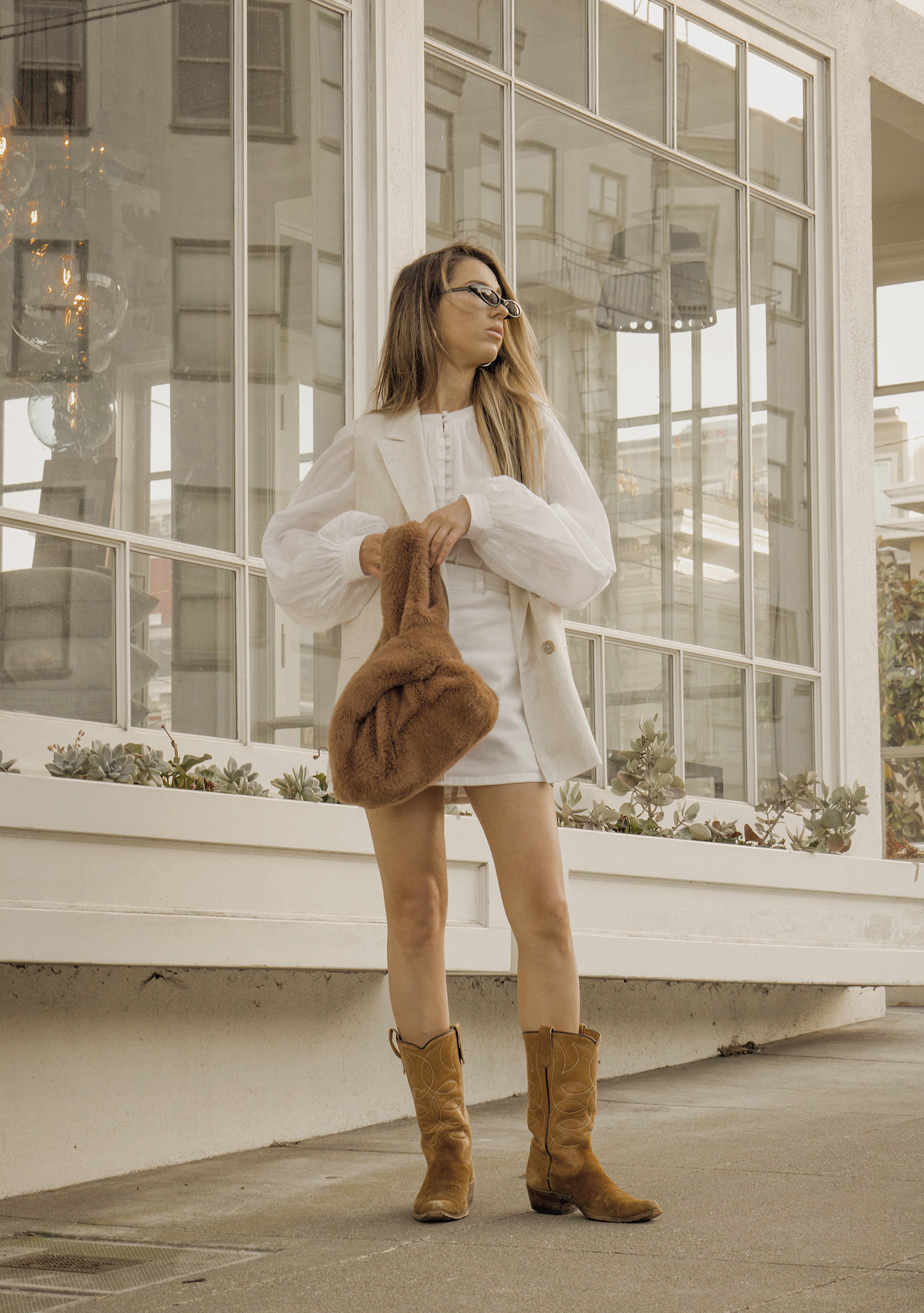 total_all_white_outfit_look_street_style_western_boots_isabel_marant_inspired_fur_bag_vest_denim_skirt_summer_2018_trend_lena_juice_the_white_ocean_08