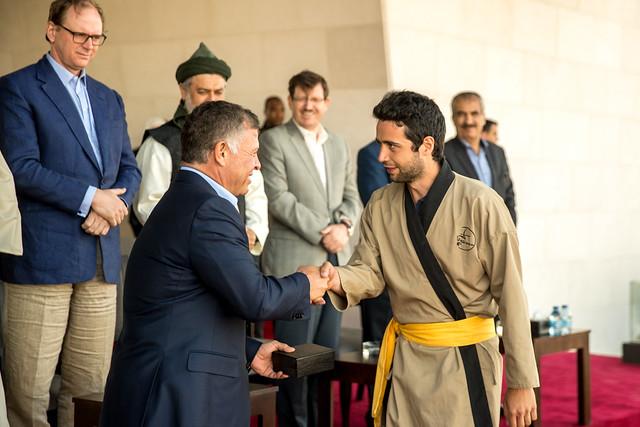 جلالة الملك عبدالله الثاني يسلم الجوائز للفائزين بمسابقة الفارس الدولية الثالثة للرماية بالقوس من ظهر الخيل