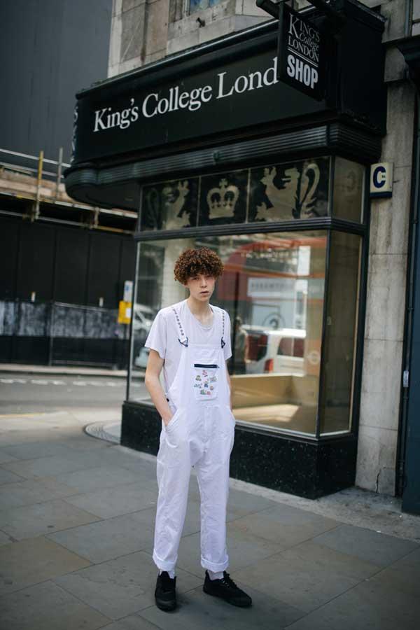 白無地Tシャツ×白サロペット×黒ローカットスニーカー