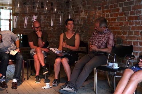 Efter första juliveckan presenterade sig konstnärerna för Rejmyrebor och andra. I mitten ses konstnärerna Mattias Hofvendal och Maddie Leach.