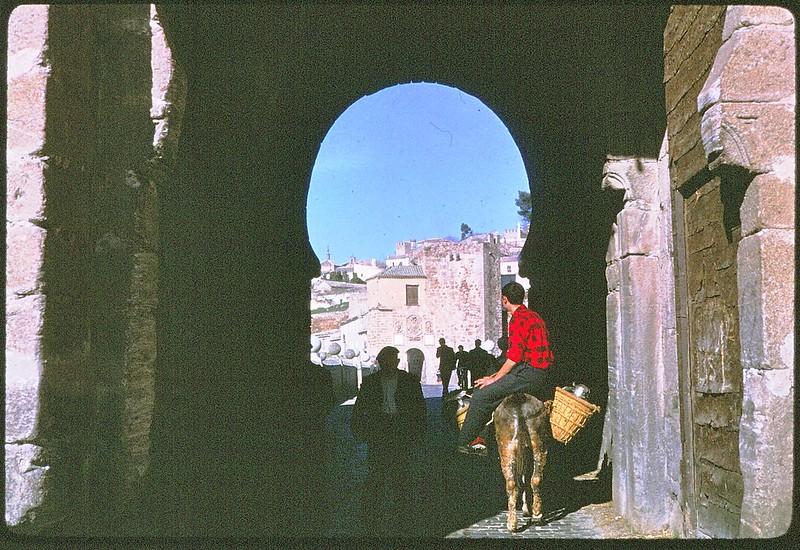 Puente de San Martín de Toledo en abril de 1963. Película Kodachrome. Donación de la familia Burgos.