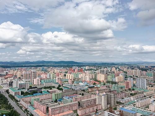 自費 40 RMB 乘坐電梯到 150 米的高度眺望平壤全景