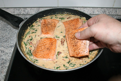48 - Lachsfilets in Sauce geben / Put salmon filet in sauce
