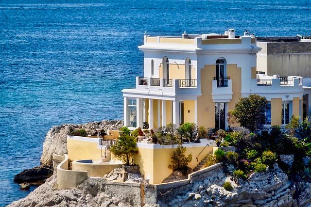 Villa jaune sur littoral